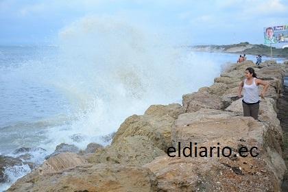 Anuncian fuerte oleaje en playas de Manta