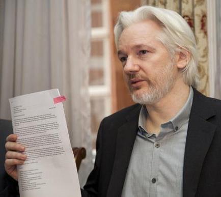 Assange podría ser trasladado a Ecuador, dice canciller Patiño