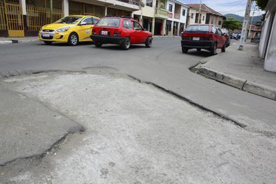 En la calle San Eduardo quedó bache tras obras