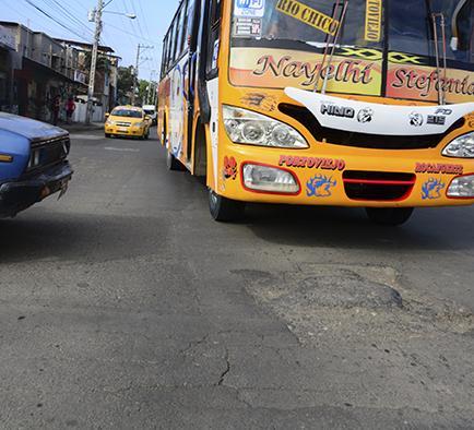 Solicitan reparar  bache en avenida Metropolitana