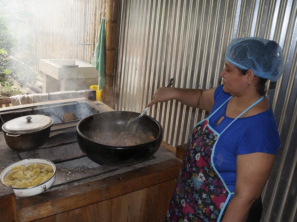 En el santa cruz el encebollado se cocina y sirve en - Ollas de cocina ...
