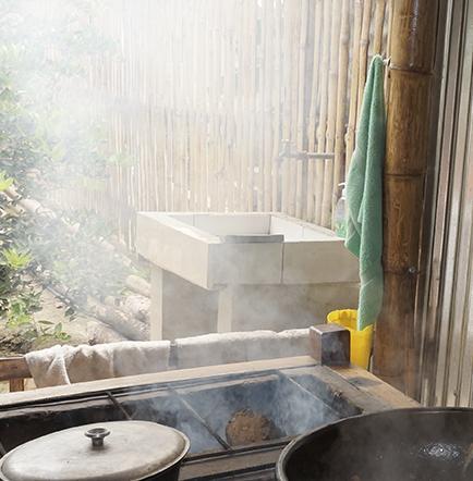 """En el """"Santa Cruz"""" el encebollado se cocina y sirve en ollas de barro"""