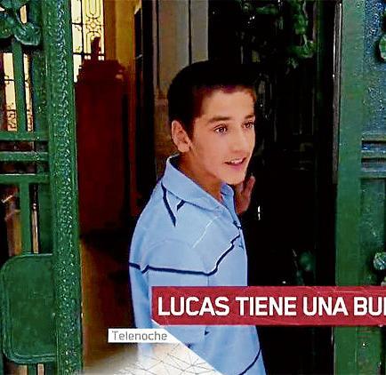 Niño que vive en la calle termina la escuela y conmueve en la web