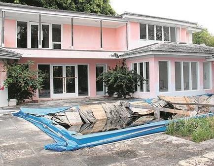 Buscan tesoros en la antigua mansión de Pablo Escobar en Miami
