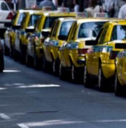 Prohíben a taxistas hablar de fútbol y usar bermudas