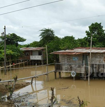 El río Garrapata inundó varios sectores de Chone y generó alarma