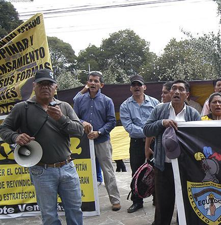 Padres de familia protestan por colegios