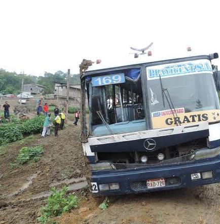 Bus con 30 pasajeros se volcó en Jipijapa