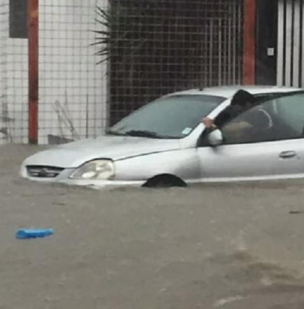 Guayaquil soportó fuerte aguacero que inundó calles principales