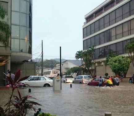 Alcalde Nebot denuncia taponamiento 'premeditado' de alcantarillas en Guayaquil