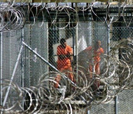 Transfieren a dos presos de Guantánamo, mientras que uno se niega a salir