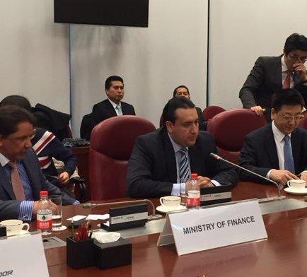 Ecuador suscribe crédito por 970 millones de dólares con China