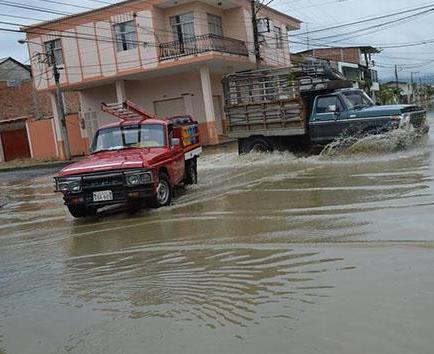 Calles inundadas en Chone y daños por crecida de ríos