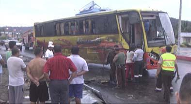 Un bus se vuelca  en Los Cerezos