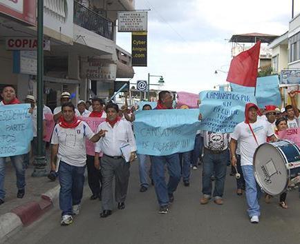 Con marchas  reclaman sueldos