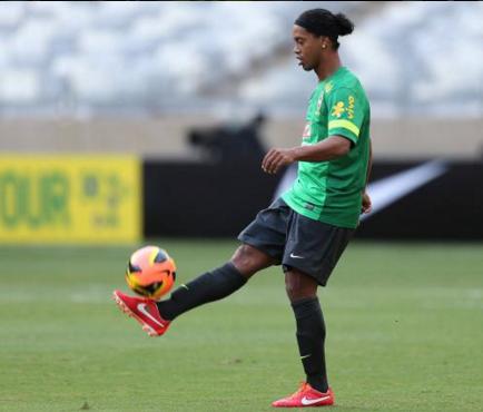 Confirman presencia de Ronaldinho en la 'Noche Amarilla'