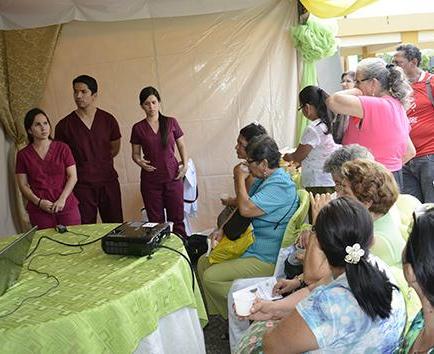 Estudiantes de Medicina promueven alimentación sana en hospital del IESS