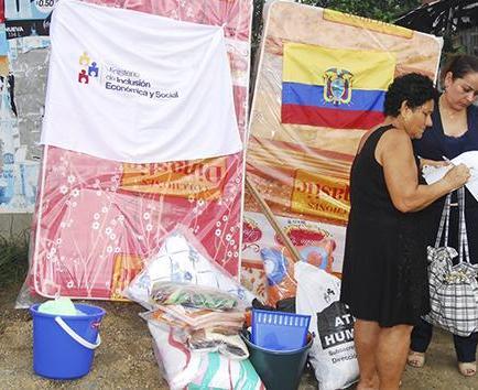 Familia damnificada  recibe kits de ayuda por parte del MIES