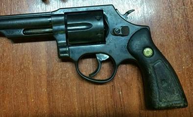 Lo detienen con arma de fuego en un carro el diario ecuador for Interior y policia consulta de arma