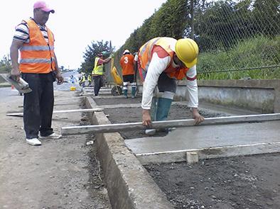 Construyen aceras y bordillos en avenida