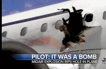 Muere al salir expulsado de un avión tras explosión en pleno vuelo