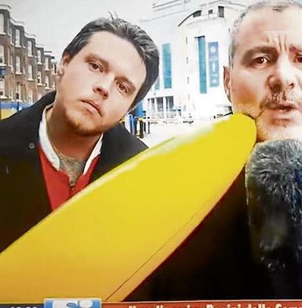 Reportero golpea a un 'troll' que lo molestaba en transmisión
