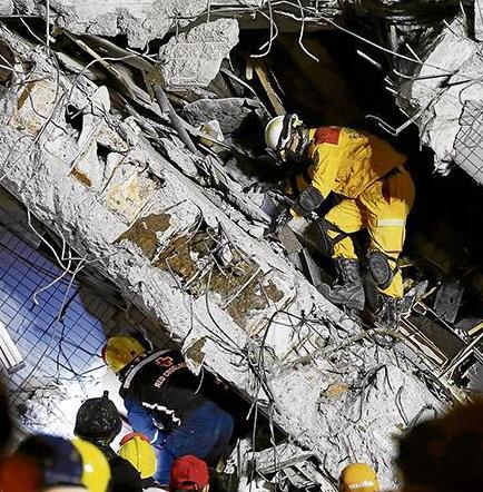 Al menos 13 muertos y 480 heridos deja un terremoto