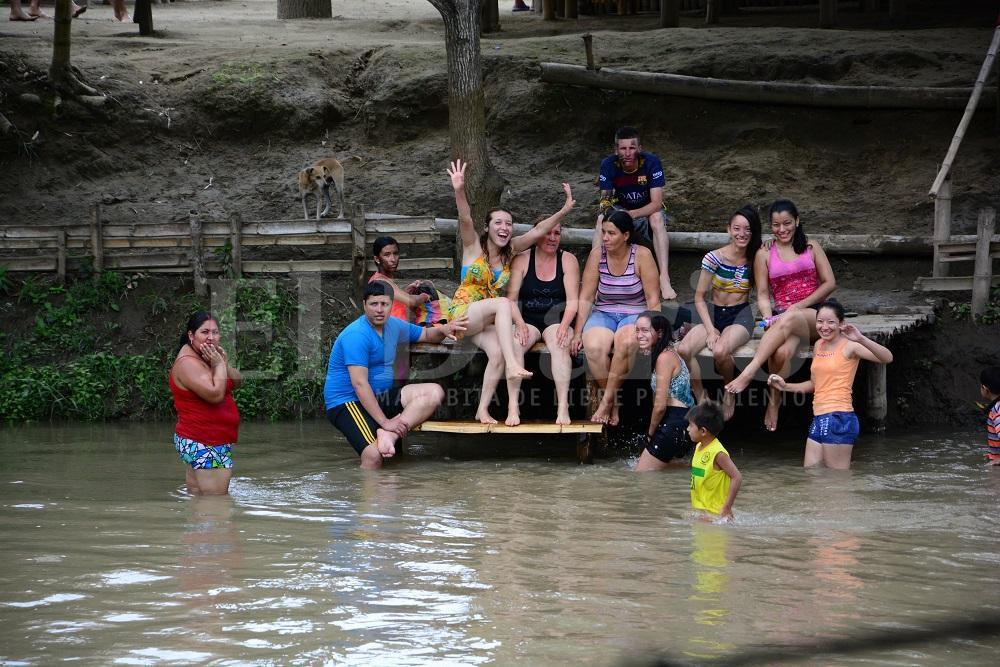 Turistas disfrutan de la tranquilidad de los balnearios de agua dulce