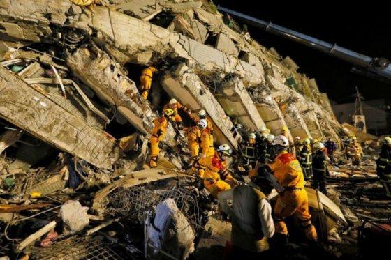 Rescatan a cinco personas con vida tras dos días del terremoto en Taiwán