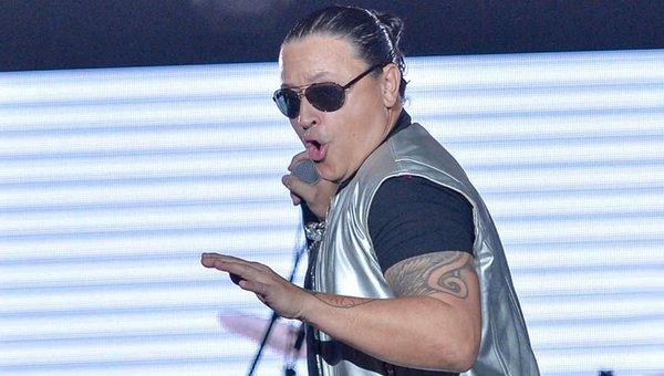 Elvis Crespo promociona 'Escápate', inspirado en 'el Chapo' y Kate del Castillo