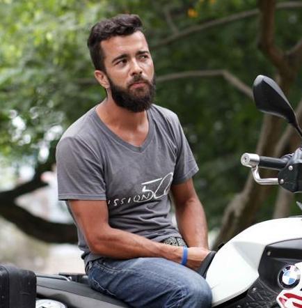 Colombiano recorre América en moto para ayudar a niños sin recursos
