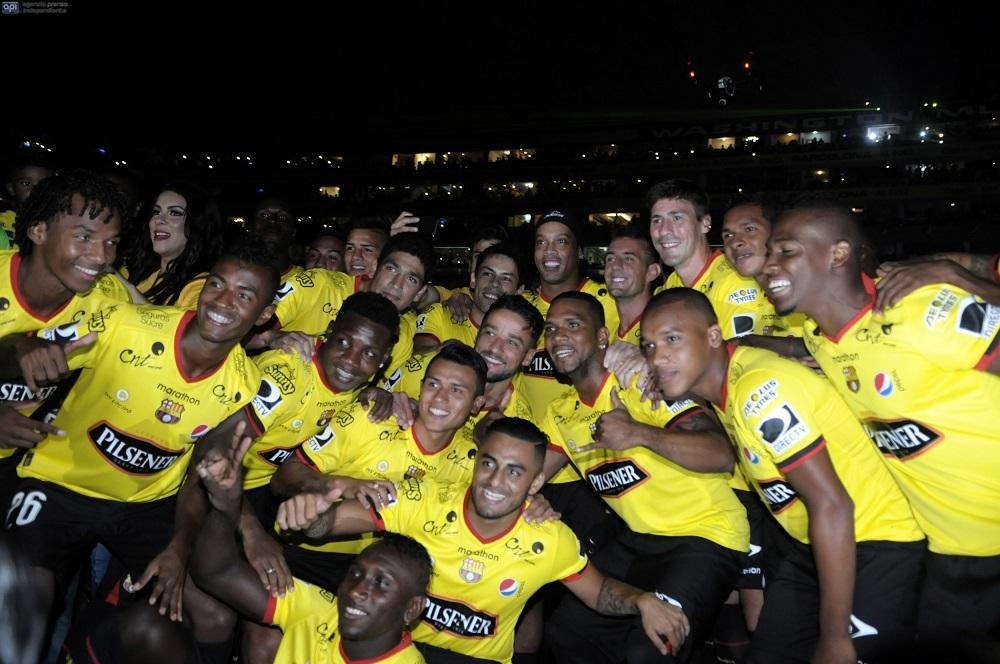 Ronaldinho volvió a recordar la 'Noche Amarilla' junto a Barcelona SC