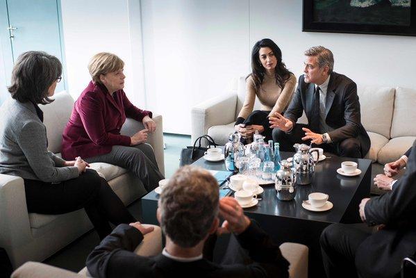 Los Clooney se reúnen con Merkel para abordar crisis de refugiados