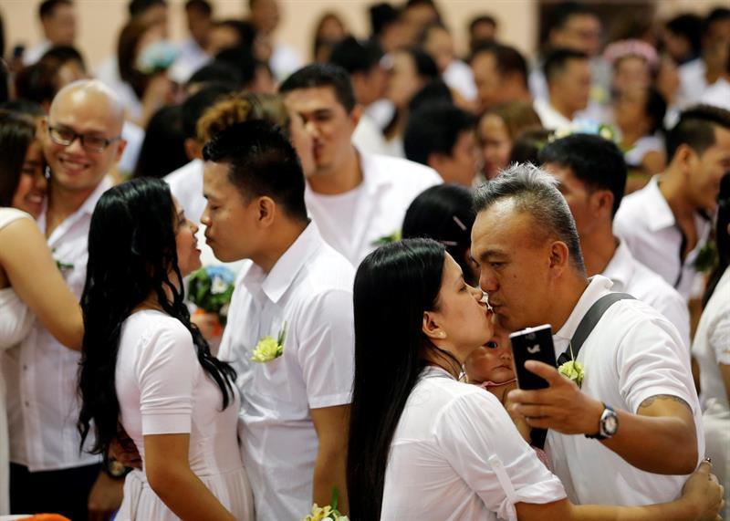 350 parejas se dan el 'sí quiero' en Manila para celebrar San Valentín