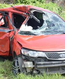 Muere en choque y vuelco de carro