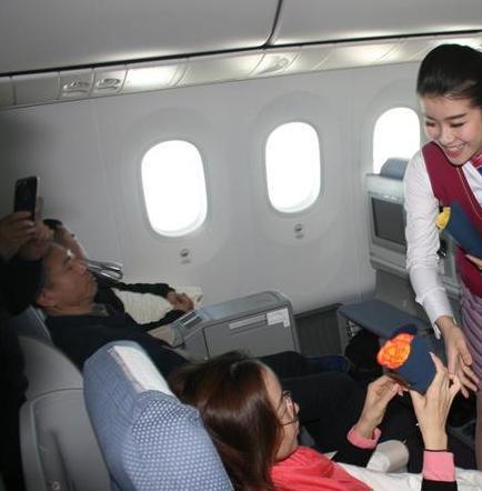 Regalan rosas ecuatorianas en aerolínea china por el Día de la Mujer