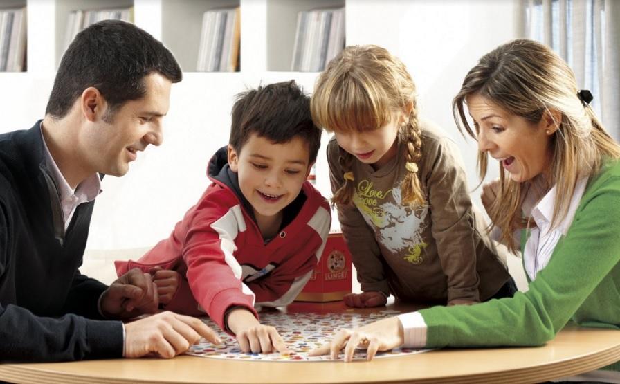 Los juegos de mesa son una buena opción para disfrutar en familia