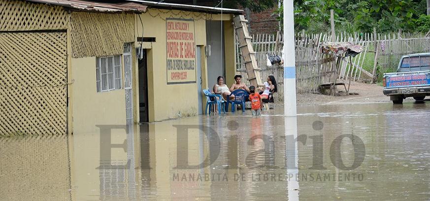 Las zonas bajas de Portoviejo continúan inundadas la tarde de este jueves