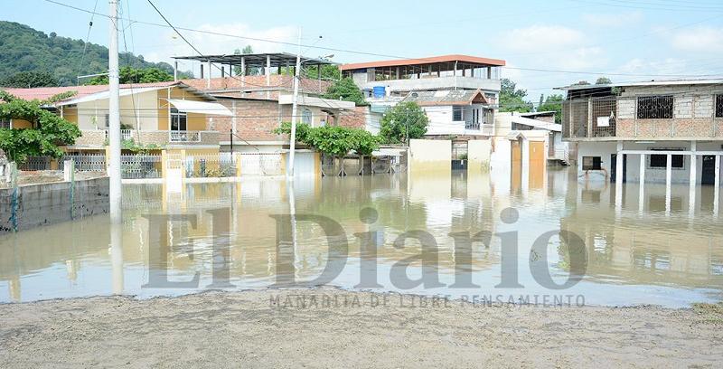 Varios sectores bajos de Portoviejo siguen inundados por creciente de río