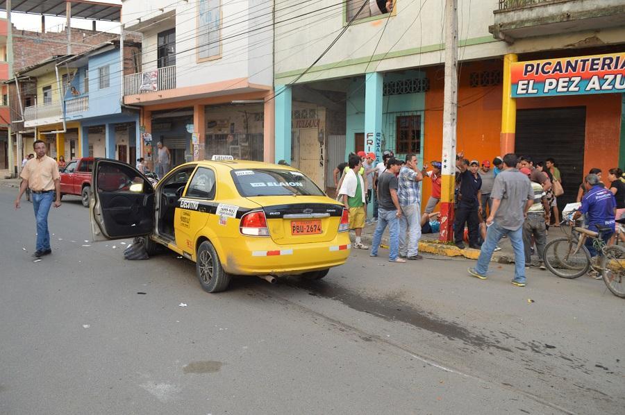 Choque entre una moto y un taxi deja dos heridos