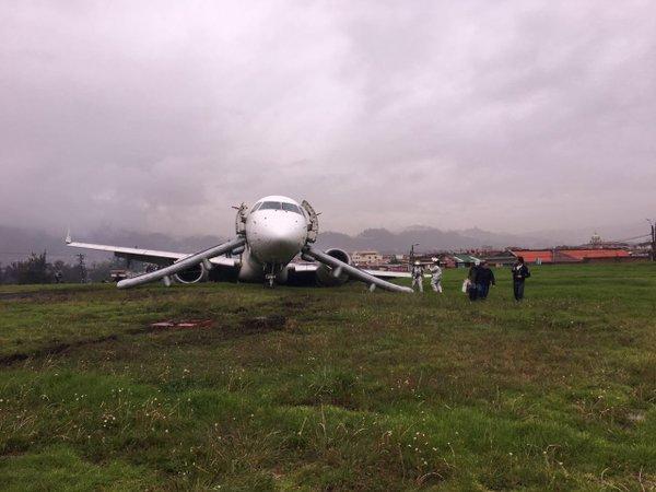 Avión de Tame pierde pista en el aeropuerto de Cuenca y deja dos heridos