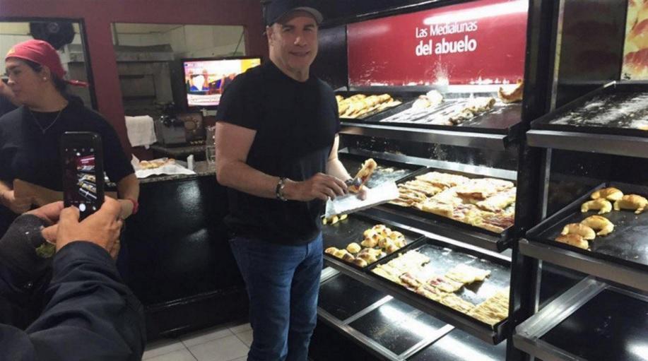 John Travolta sorprende a los argentinos al presentarse en pastelería