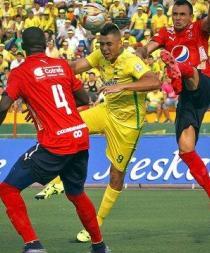 Futbolista colombiano es agredido por barra brava de su equipo tras partido