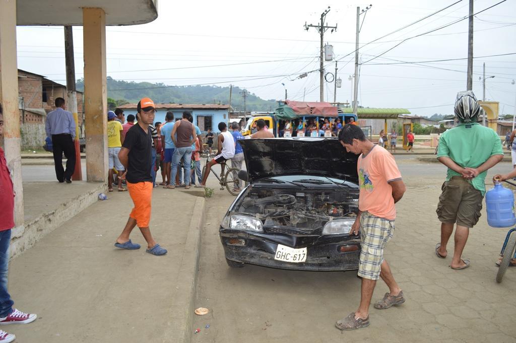 El choque de dos vehículos deja daños en Chone