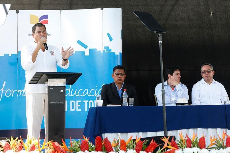 Correa defiende impulsar la educación, 'que no se destruye con un terremoto'