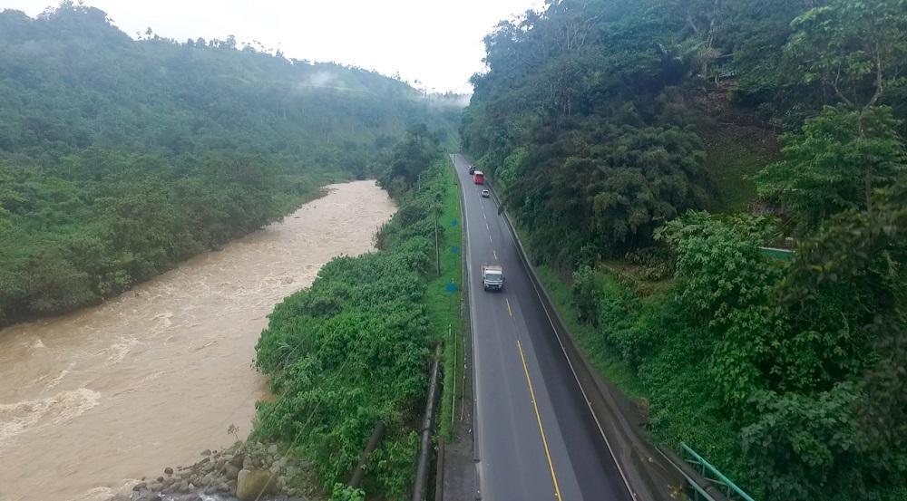 Inhabilitada la vía Alóag-Santo Domingo por tres nuevos derrumbes