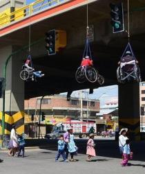 Discapacitados protestan colgándose de un puente con sus sillas de ruedas