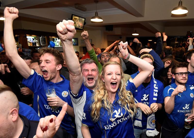 El Leicester festeja como campeón de la Premier League en la ciudad deportiva