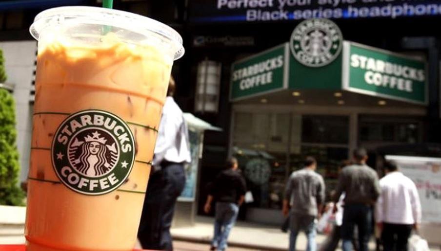 Demandan a Starbucks en EE.UU. por poner 'demasiado' hielo en sus bebidas