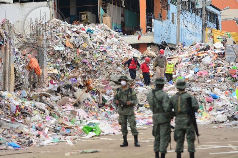 Iniciaron remoción de escombros para encontrar a una joven en el 'Felipe Navarrete'